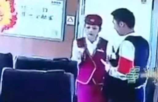 乘务员正在劝说霸座乘客