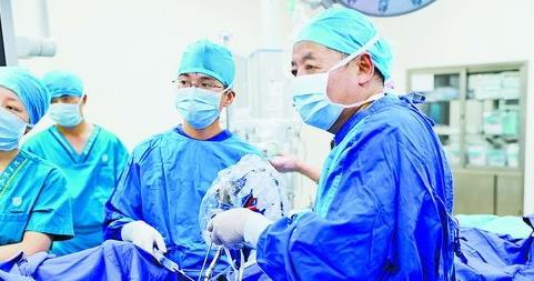 厦门正成为人才发展新高地。图为弘爱医院引进人才许庚在为患者进行手术。