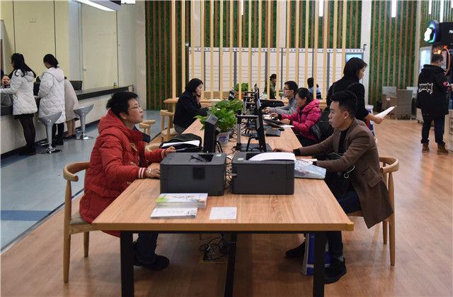 群众在福建省福州市行政服务中心办事大厅的电脑前查询(1月11日摄)。新华社记者 贺灿铃 摄