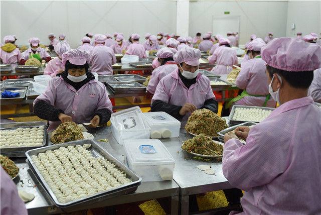 在福建省三明市沙县,一家食品公司的工作人员在制作蒸饺(1月12日摄)。新华社记者 贺灿铃 摄