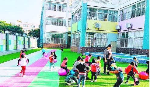 在按照新规新开办的幼儿园内,孩子们快乐玩耍。(湖里区教育局 供图)