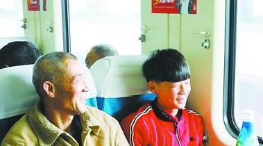 即将回乡见到亲人,旅客满脸笑容