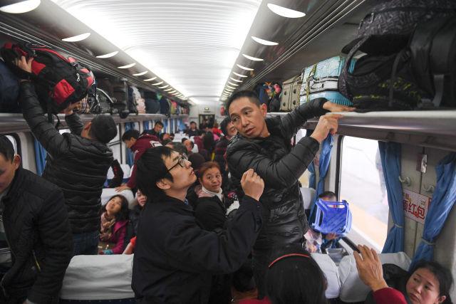 1月21日,李长安被抽调到加开的K4186次列车上,引导旅客正确放置行李。