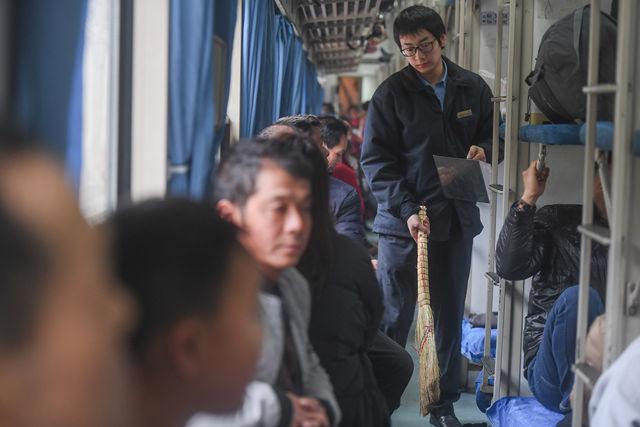 1月21日,李长安被抽调到加开的K4186次列车上,在车厢内清扫垃圾。