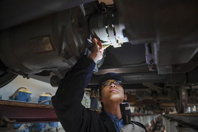 1月20日,在位于福州城北的动车检修车间,李长安在检修车辆。