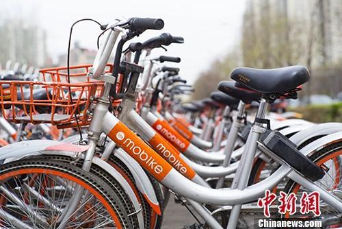 北京街头停放的大量摩拜共享自行车。 中新社记者 侯宇 摄