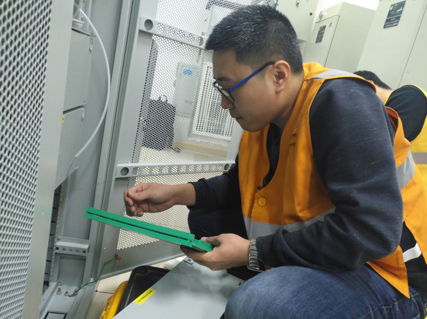 李磊在查验铁路通讯装备