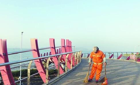 工作人员清扫环岛路渔桥。(市公路局供图)