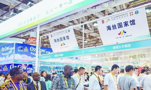 第20届中国国际投资贸易洽谈会现场,海丝国家馆展位吸引众多参展客商的目光。