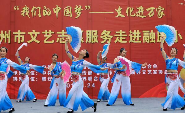 1月24日,在融安县长安镇融康社区,文艺工作者在表演节目。(谭凯兴 摄)