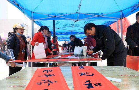 1月24日,在融安县长安镇融康社区,书法家在为群众书写春联。(谭凯兴 摄)