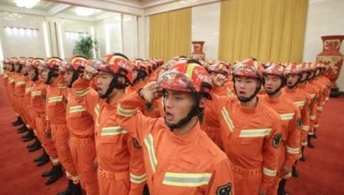 资料图:国家综合性消防救援队伍授旗仪式。中新社记者 盛佳鹏 摄