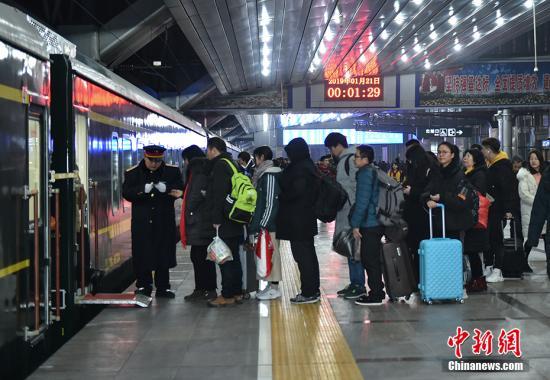资料图:旅客排队上车。 中新网记者 翟璐 摄