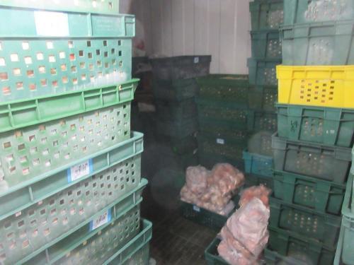 连锁炸鸡排店制造工厂为地下工厂。图片来源:台湾《联合报》 新北市卫生局供图