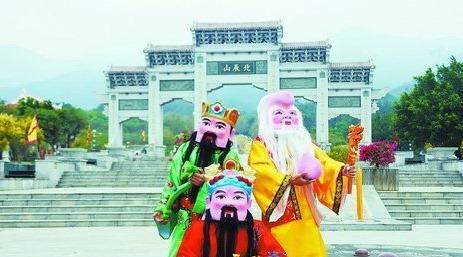 在北辰山,福禄寿大头娃娃将现场送福。