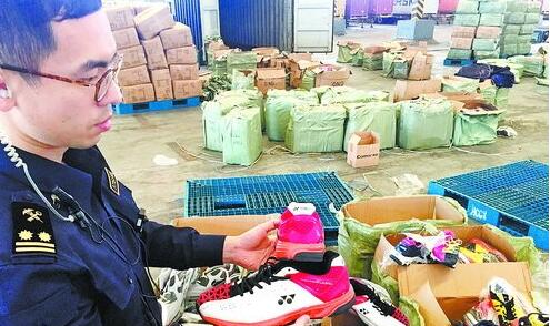 海沧海关在单个集装箱中截获涉嫌侵权的休闲鞋。