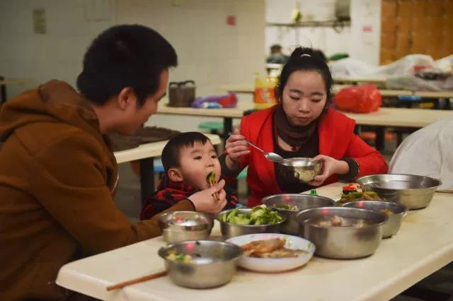 """黄海龙、黄爱华做了一桌子的菜。""""就当提前吃年夜饭"""",黄海龙说。"""