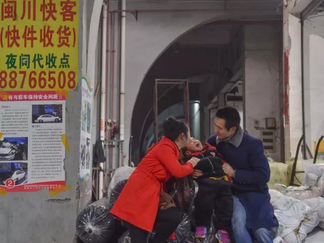 黄爱华带着小聪聪到长途车上车点送黄海龙。上车之前,一家人说说笑笑。