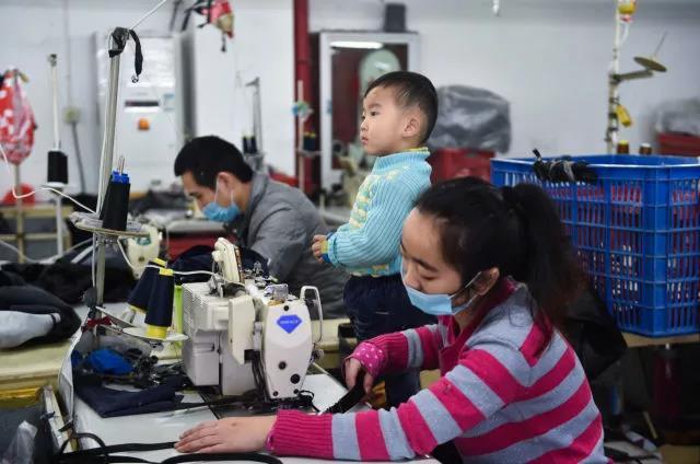 在福建省石狮市金利莱斯服装厂,聪聪在陪伴父亲黄海龙、母亲黄爱华上班。