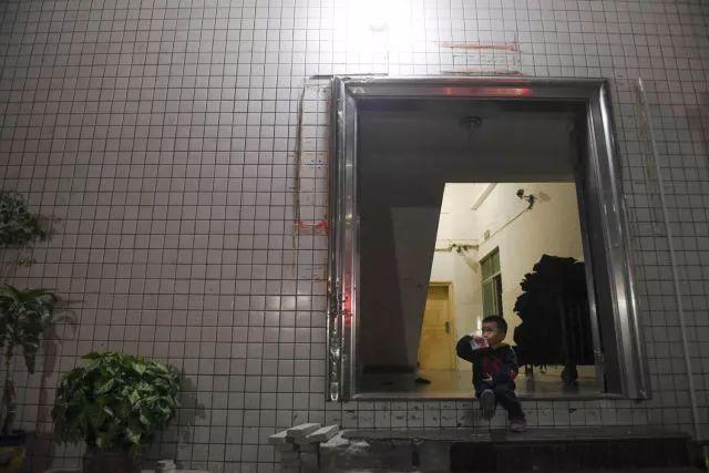 聪聪一个人在车间楼下等父母下班。我给他买了盒饮料,他一口气就喝完了。