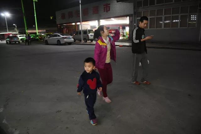 聪聪和父母外出吃宵夜。