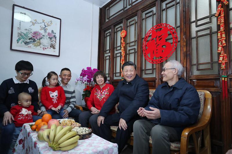 2月1日,中共中央总书记、国家主席、中央军委主席习近平在北京看望慰问基层干部群众,考察北京冬奥会、冬残奥会筹办工作。这是1日上午,习近平来到前门东区草厂四条胡同看望市民朱茂锦一家。新华社记者 鞠鹏 摄