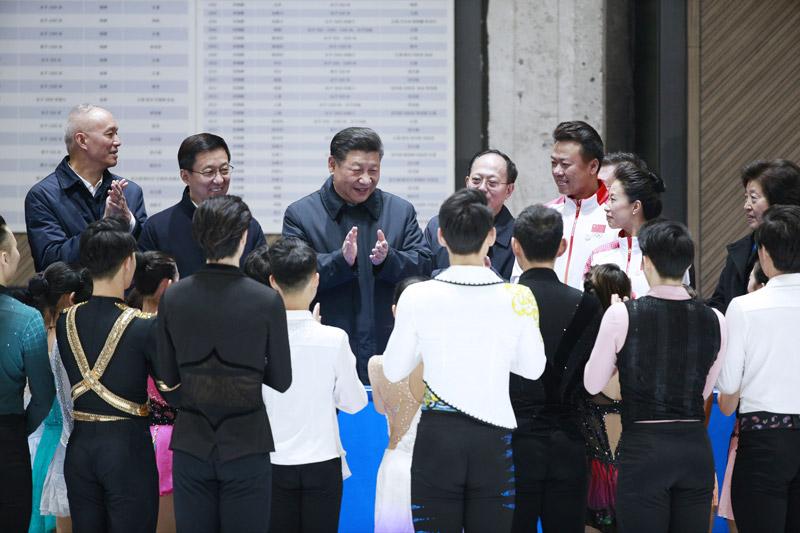 2月1日,中共中央总书记、国家主席、中央军委主席习近平在北京看望慰问基层干部群众,考察北京冬奥会、冬残奥会筹办工作。这是1日下午,习近平在国家冬季运动训练中心勉励正在训练备战的运动员、教练员。新华社记者 刘彬 摄