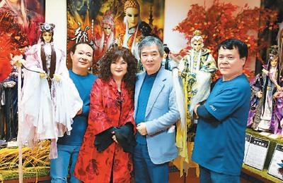 黄强华夫妇(右二、右三)与操偶师合影。