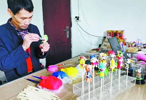 杨伟在工作室创作新造型。