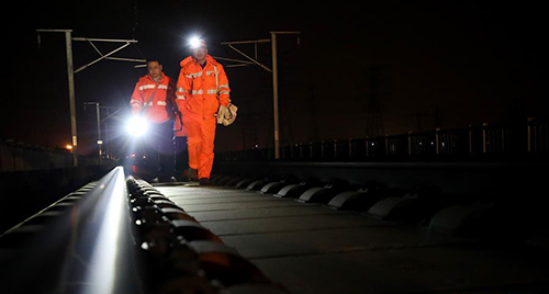 2019年1月30日,高铁维修工走在铁路上进行路轨人工检视。
