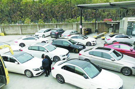 洗车店外,车辆排队等候洗车。