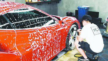 洗车店员工正在洗车。