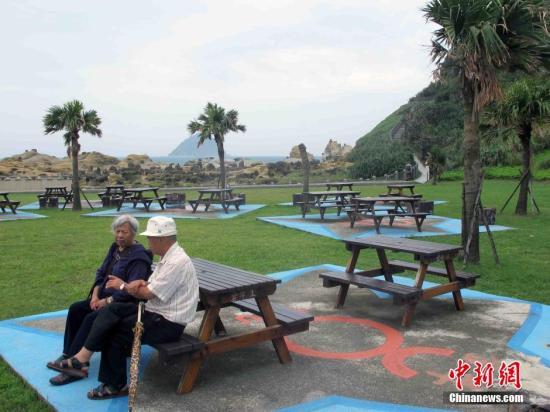 资料图:台湾老人来到位于基隆的和平岛海角乐园登高望远。中新社记者 任海霞 摄