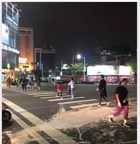网友发出一张五福路和和平路交叉口遭泼漆的照片。