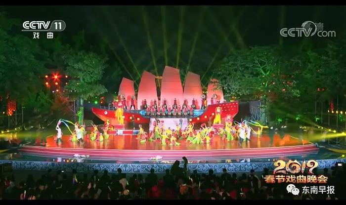 随后提线木偶戏、闽南民间歌舞、少林武术、水中拍胸舞等项目纷纷上阵,展出泉州人民欢声笑语过大年的喜庆场面。