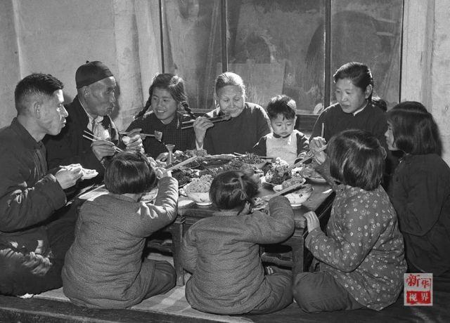 ↑1953年,天津市汉沽区芦台王德铸(左一)一家吃团圆饭。