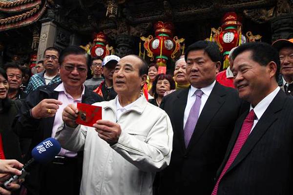 """台湾前""""立法院长""""王金平到大甲镇澜宫发送""""时来运转""""小红包。(图片来源:中时电子报)"""