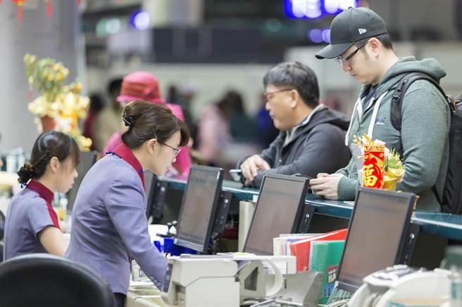 """据台湾媒体报道,桃园市机师职业工会发起罢工行动,迈入第4天。台湾华航4天来受影响旅客达到3800人以上,影响62个航班,罢工营收损失近8000万元新台币,并持续扩大。据华航统计,今天早上宣布取消26个航班。   据报道,目前桃园市机师职业工会已收到600份以上的检定证,预计今天下午5点,台湾华航劳资双方将重回谈判桌,主要讨论7、8小时的航班,该派多少机师。原先为华航规定8小时以上执勤人数2人,机师工会坚持7小时以上航班改派3人,但华航只接受8小时以上航班改派3人。台当局""""交通部""""提出折衷办法,8小时以上航班改派3人为原则,再针对6至8小时航班逐条检视疲劳程度,再来加入派遣3人航班中,但被工会拒绝,今天将再重启谈判,重申诉求。   (新媒体编辑:郭冰洁)"""