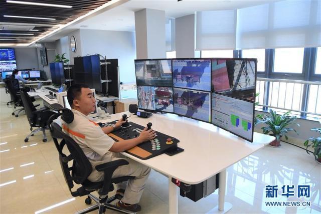 在福建自贸区厦门航运中心的大楼内,桥吊司机陈树林在后台远程遥控东渡码头的桥吊(2018年11月15日摄)。 (新华社记者姜克红 摄)