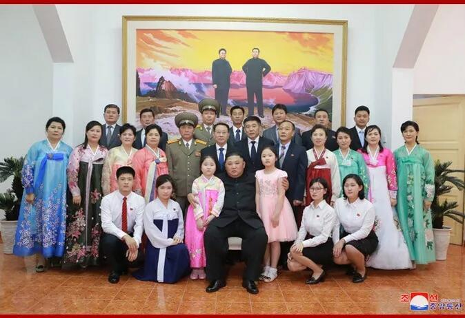 △金正恩与朝鲜驻越南大使馆馆员及其家属合影留念