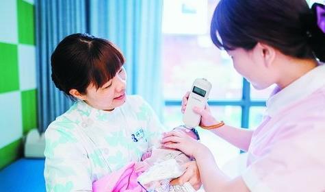 月子中心的月嫂和护理人员为婴儿做黄疸测试