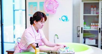 ▲月子中心的护理人员正在整理婴儿浴池