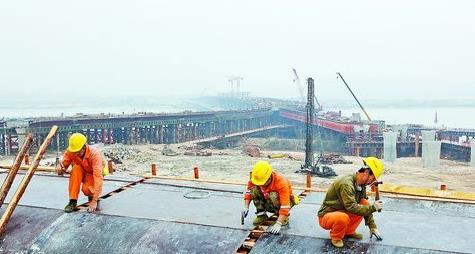 昨日,工人在机场快速路工程施工现场进行箱梁模板安装作业
