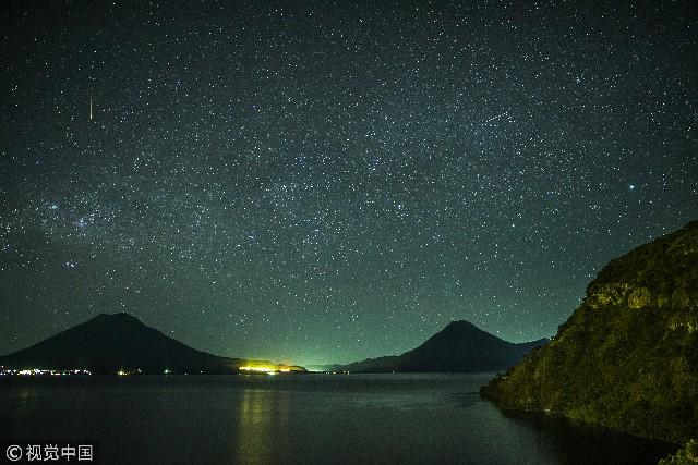 阿蒂特兰湖(Lago de Atitlán)是危地马拉高地上的一个大内流湖。其优美的景色使之被誉为世界上最美的湖泊之一。阿蒂特兰湖周围的玛雅村镇也是其一大特色,村镇中的居民至今延续着传统的玛雅穿着和习俗。