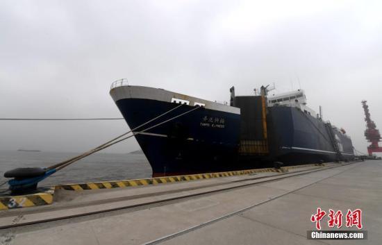 资料图:停靠在平潭港的,台湾高雄至福建平潭海上货运直航的货轮。张斌 摄