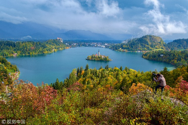 """布莱德湖(Bled Lake)位于斯洛文尼亚西北部的阿尔卑斯山南麓,""""三头山""""顶部积雪的融水不断注入湖中,故有""""冰湖""""之称。是由于阿尔卑斯山脉的冰川地质移动形成的。这里夏季水温在22℃左右,是人们划船,游泳,钓鱼的理想场所。冬季多雪,气候寒冷,湖面结冰达40厘米,所以又是冰上运动的绝纱去处。"""