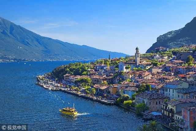 加达湖,是意大利面积最大的湖泊,约在威尼斯和米兰的半途之间,坐落于阿尔卑斯山南麓,在上一次冰河时期结束时因为冰川融化而形成。是二战后发展起来的颇受欢迎、吸引人的旅游胜地。在这里,我们可以感受到温和的气候和独特的水温,阳光充足的海滩和装备齐全的小港口,棕榈树和夹竹桃,橄榄树和葡萄树,仿佛就是镶嵌在波河平原和阿尔卑斯山之间的大海。