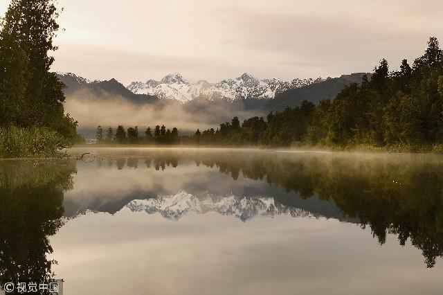 位于新西兰最具代表性的风景离福克斯冰河附近,在晴朗无云的日子,湖面上会映出新西兰的最高峰奥拉基山和塔斯曼山的倒影,湖面如银镜般的美丽,美景令人难忘。步行四十分钟就可以到达第一座观景台,环绕湖畔只要一个半小时。在深邃的马瑟森湖中生长着大量的长形本土鳗鱼,湖面上生活着众多水鸟。因此,这里也是毛利人的食物集中营。