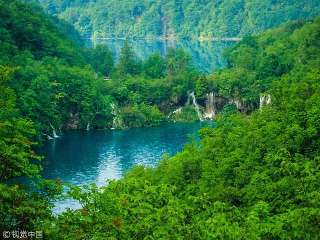 普利特维采湖群国家公园是位于克罗地亚中部。科拉纳河上游流经石灰岩地貌区,经过千百年的侵蚀沉积,形成众多的钙华边坝坡;而自然堤坝的发育又衍生出一系列的湖泊、洞穴和瀑布,塑造出壮丽的自然美景。此外普利特维采湖群国家公园里的森林是熊、狼和许多稀有鸟类的避难所。公园不仅风景绝美,而且有以山毛榉和冷杉为主要树种的原始林及熊、鹿、狐、狼、羚羊、貂、秃鹰、鹰等珍禽异兽。