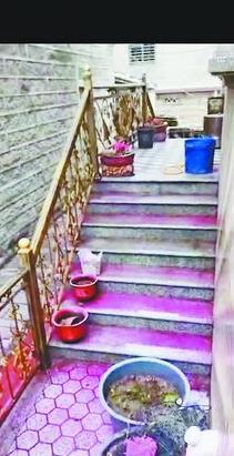 """村民房屋的台阶上出现了这样的""""红水""""。"""